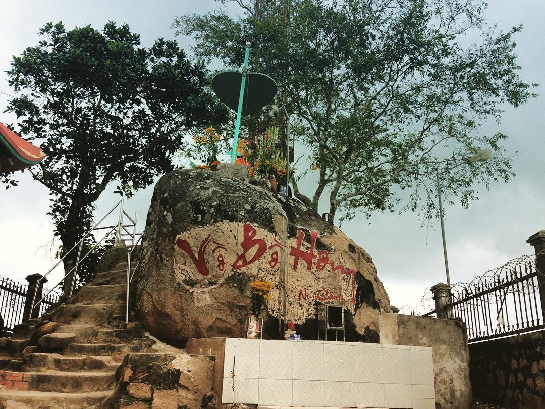 Đứng ở Vồ Bồ Hong có thể ngắm trọn cảnh đẹp của Núi Cấm