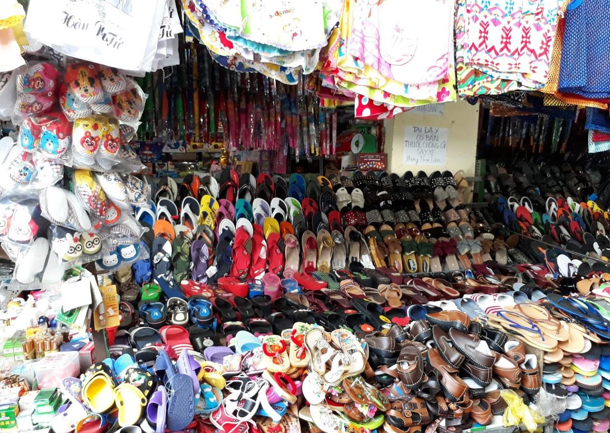 Chợ Tịnh Biên bày bán đa dạng các mặt hàng
