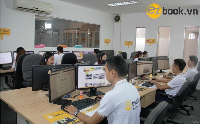 Nhân viên phục vụ chu đáo từ A đến Z cho khách hàng