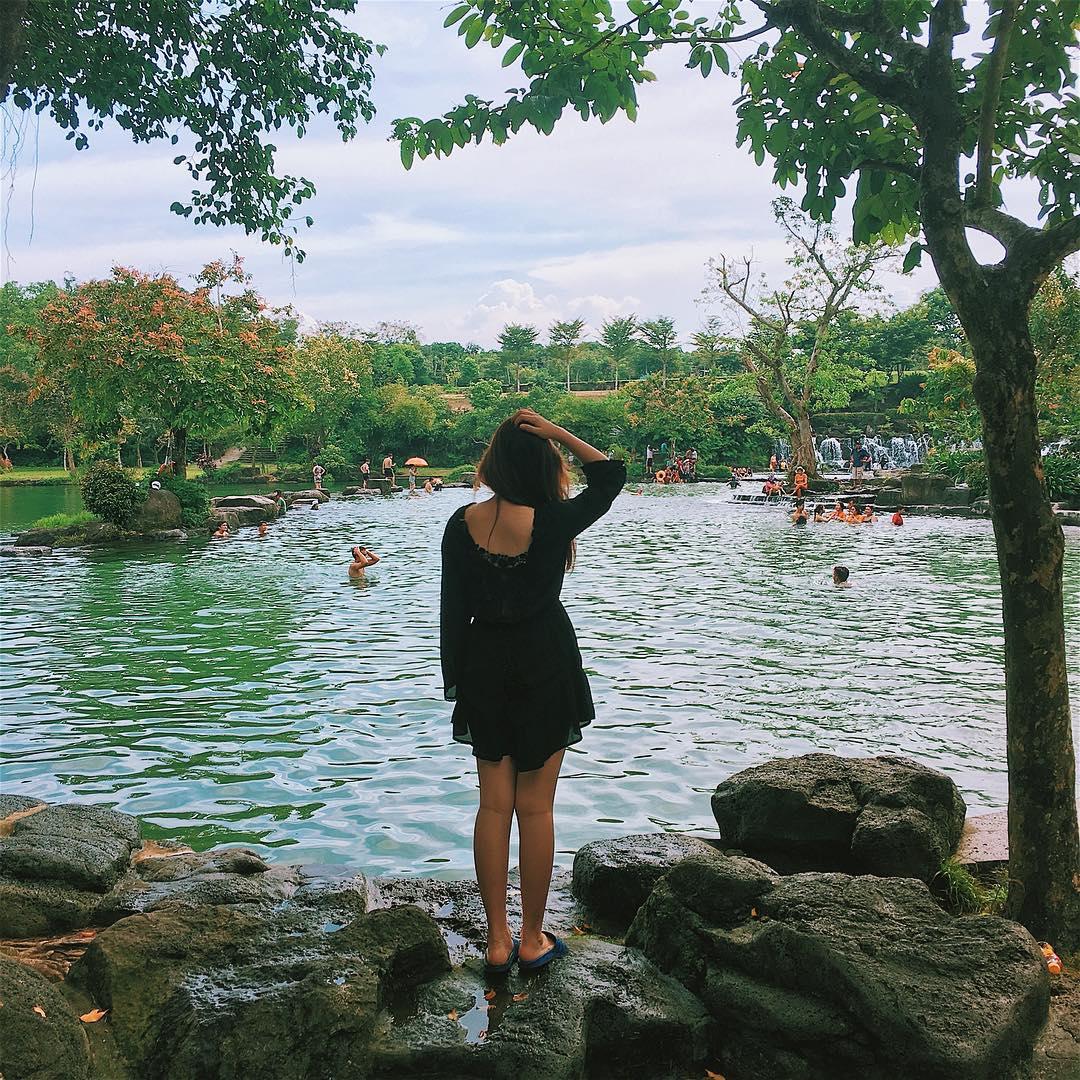 Mặt hồ êm ả, yên bình