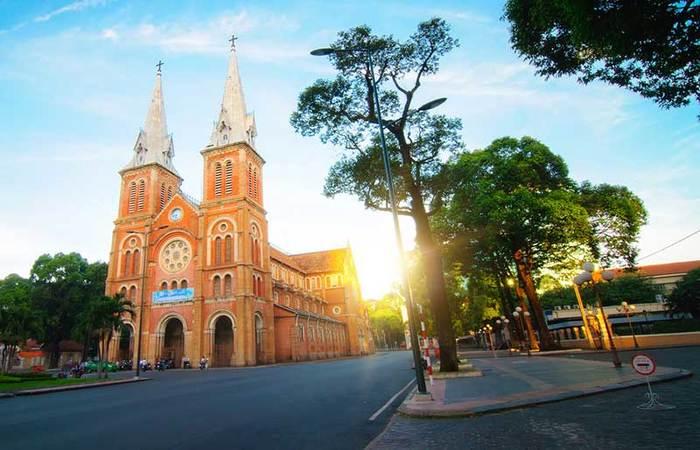Nhà thờ đức bà Sài Gòn nhìn từ xa (nguồn Internet)