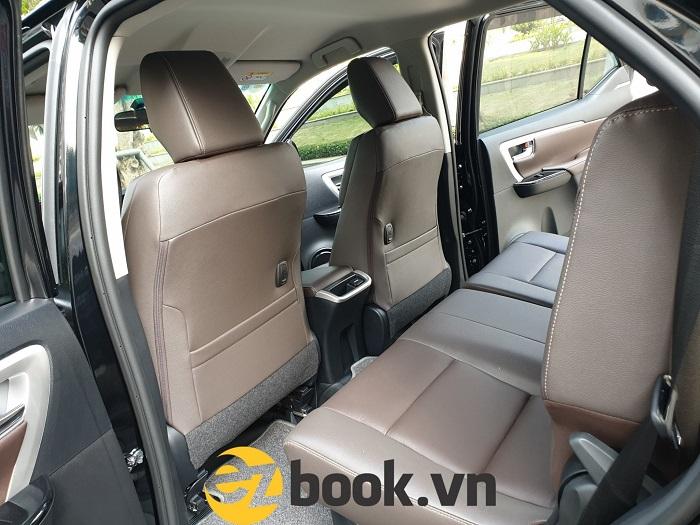 Xem xét kỹ lưỡng nội thất bên trong xe khi thuê