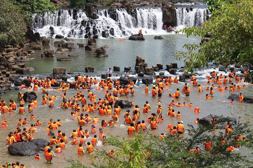 Du khách vui chơi tại Thác Giang Điền (Nguồn Internet)